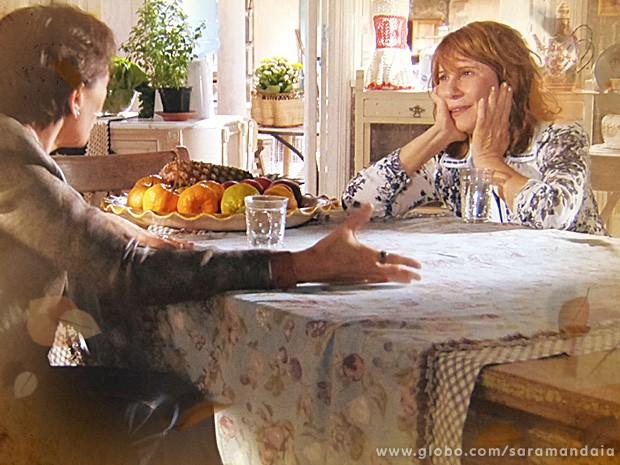 Vitória conta a Leocádia que Zico é pai de Zélia  (Foto: TV Globo/ Saramandaia)
