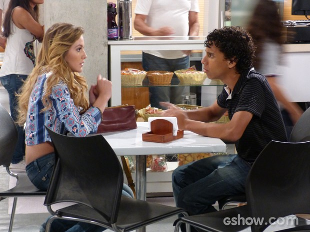 Sofia pede ajuda a Paulino (Foto: Malhação / TV Globo)