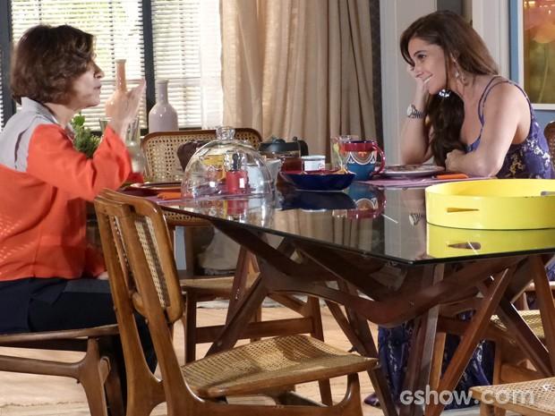 Clara ouve conselhos da mãe (Foto: Em Família / TV Globo)