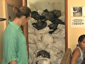 Lixo é armazenado dentro de banheiro feminino em posto de saúde no interior do Acre  (Foto: Reprodução/TV Acre)