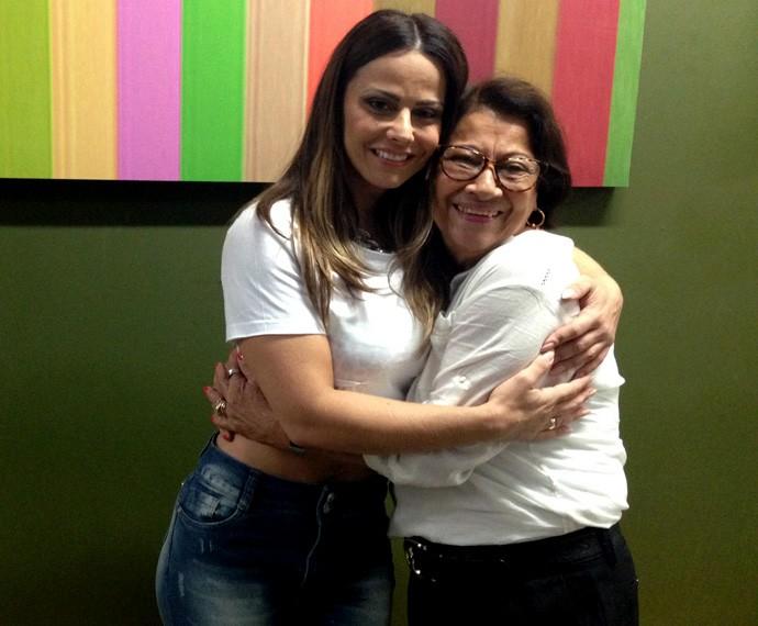 Viviane Araújo recebe visita da mãe, Neusa Araújo, na casa do Dança dos Famosos (Foto: Gshow)