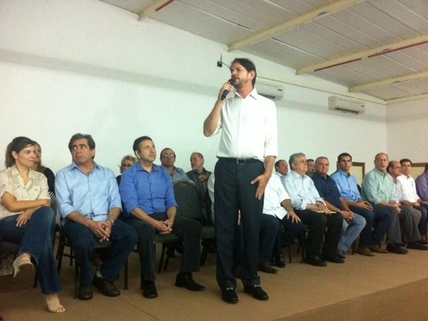 Cid Gomes fala com políticos que deixaram o PSB antes de anunciar o partido ao qual serão afiliados (Foto: Gabriela Alves/G1)