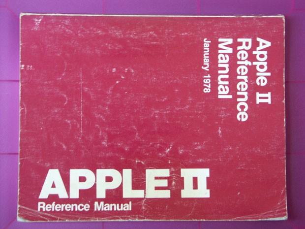 Pellanda ainda guarda o manual do Apple II, de 1978 (Foto: Arquivo Pessoal)