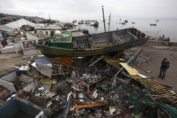 Região porturária de Coquimbo, no Chile, ainda possui grande quantidade de escombros após o terremoto na quarta-feira (16) (Foto: Felix Marquez/AP)