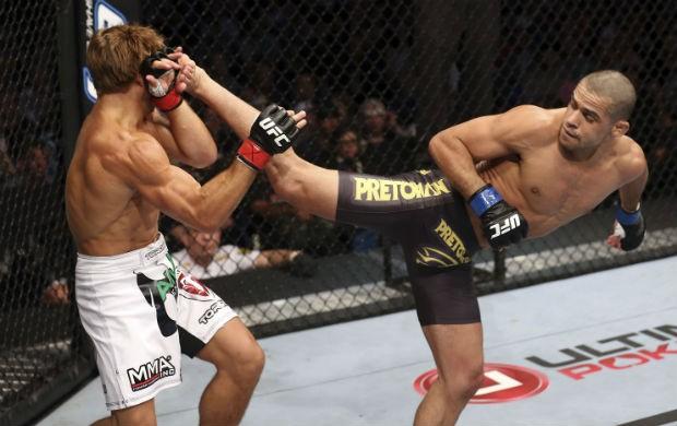 Renan Barão vence Urijah Faber no UFC 149, no Canadá (Foto: Getty Images)