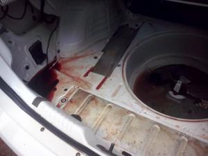 Carro da vítima foi encontrado com marcas de sangue (Foto: Dyepeson Martins/G1)