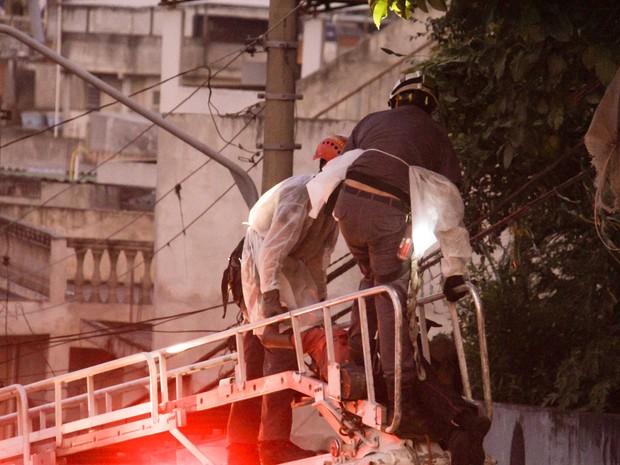 Bombeiros retiram corpo de homem que morreu eletrocutado na Zona Norte de São Paulo (Foto: Marcio Ribeiro/Brazil Photo Press/Estadão Conteúdo)