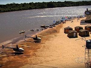 Helicópteros pousam às margens do rio Araguaia, em Aruanã, Goiás (Foto: Reprodução/TV Anhanguera)