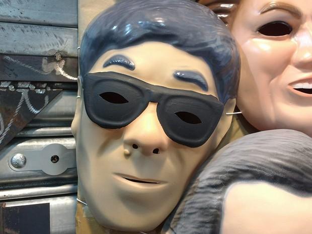 Máscara de carnaval mais procurada nas lojas da Ladeira Porto Geral é a de Newton Ishii, agente da Polícia Federal (Foto: Vivian Reis/G1)
