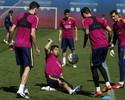 Com roda de bobinho e descontração, Barcelona treina de olho em clássico