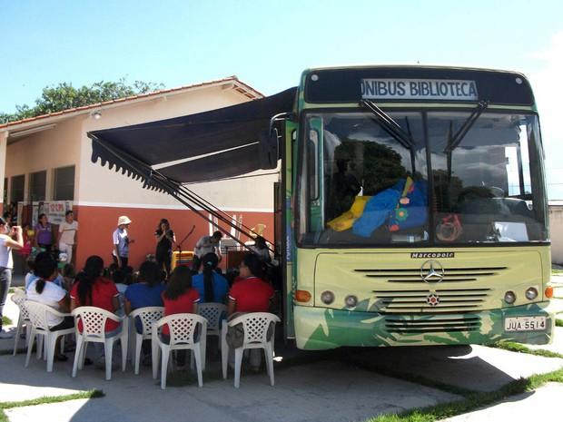 Ônibus-biblioteca leva atividades ao público infantil na Feira do Livro em Belém (Foto: Ascom/FCPTN)