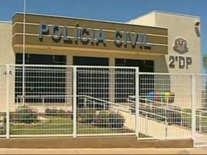 Prédio que abriga distrito policial em Avaré (SP) foi atingido por cinco tiros. (Foto: Reprodução TV TEM)
