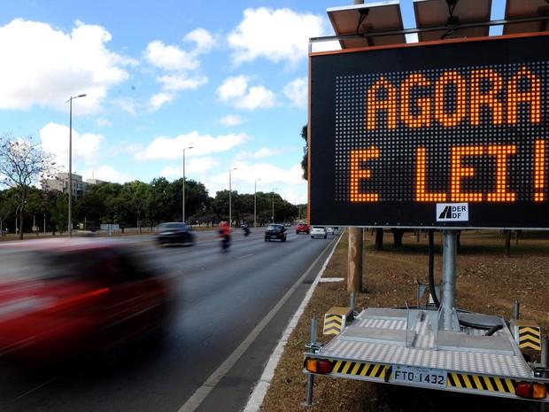 Painel eletrônico do Detran colocado próximo ao Eixão informa aos motoristas do uso do farol baixo durante o dia (Foto: Gabriel Jabur/Agência Brasília)