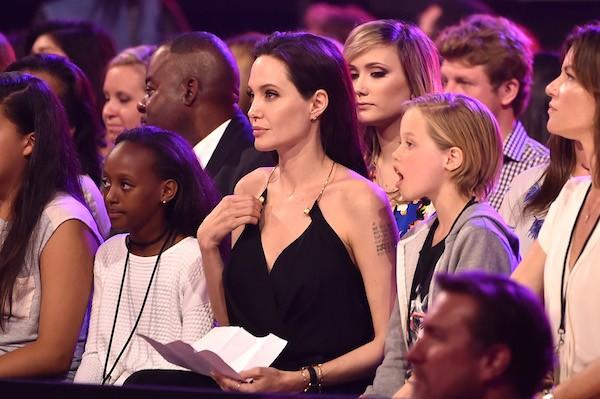 A atriz Angelina Jolie e suas filhas, Zahara e Shiloh (Foto: Getty Images)