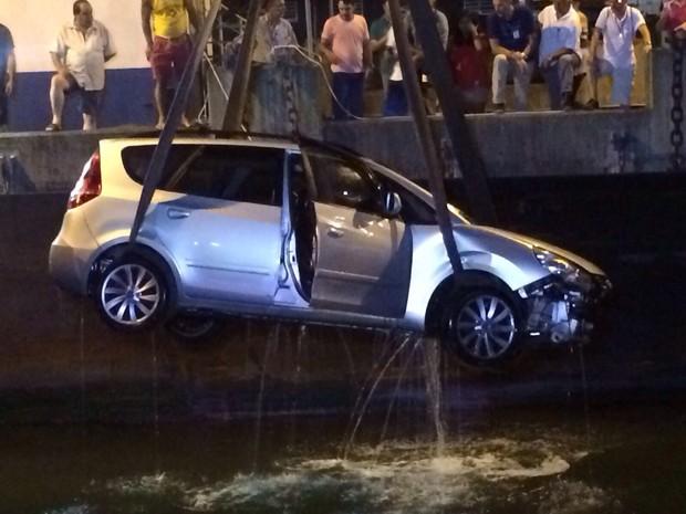 Veículo caiu no mar na tarde desta sexta-feira (Foto: Solange Freitas / G1)