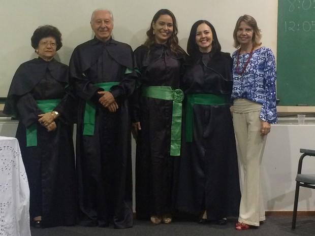 Renata ao lado do orientador e professores da banca avaliadora, na UFG, em Goiás (Foto: Fernanda Borges/G1)