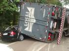 Criança sai ilesa após caminhão tombar sobre carro em São Manuel