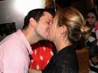 Adriana Esteves beija muito o marido Vladimir Brichta após estreia no teatro