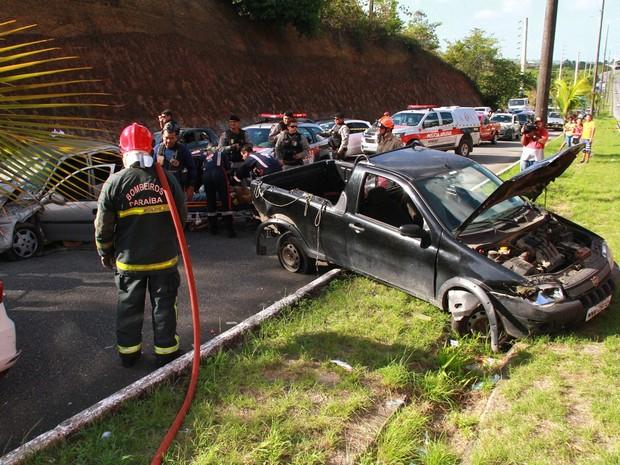 Acidente aconteceu no Acesso Oeste, em João Pessoa (Foto: Walter Paparazzo/G1)