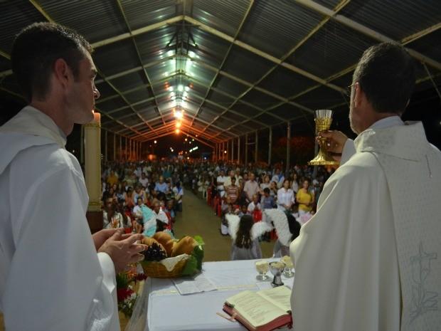 Arcebispo Dom Esmeraldo Barreto celebra missa em Monte Negro, RO (Foto: Eliete Marques/G1)
