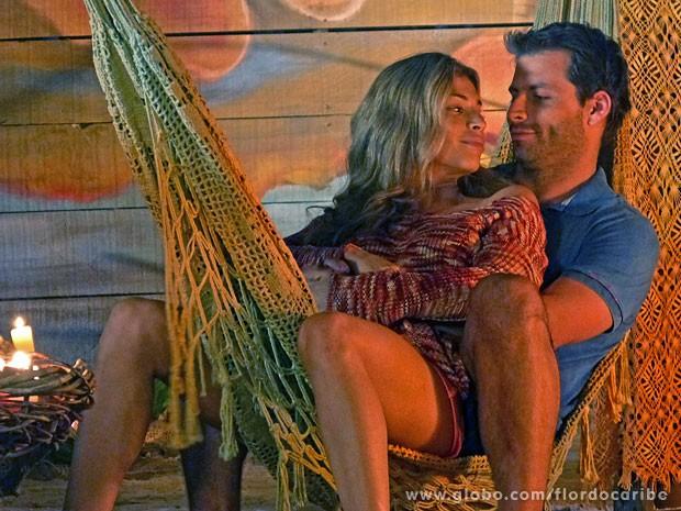 Ester e Cassiano passam a  noite juntinhos na cabana (Foto: Flor do Caribe / TV Globo)