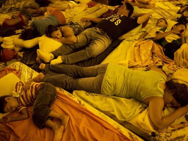 Desabrigados pelo terremoto no Equador dormem juntos em uma tenda armada em frente ao centro de emergência em Portoviejo (Foto: Rodrigo Abd/AP)