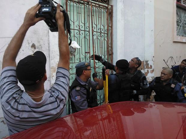 Policiais arrombaram casarões próximos na tentativa de localizar suspeitos do assalto (Foto: Dalva Rêgo/TV Mirante)