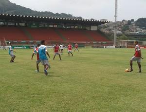 Jogadores da Desportiva Ferroviária disputam coletivo (Foto: Eduardo Dias/Globoesporte.com)