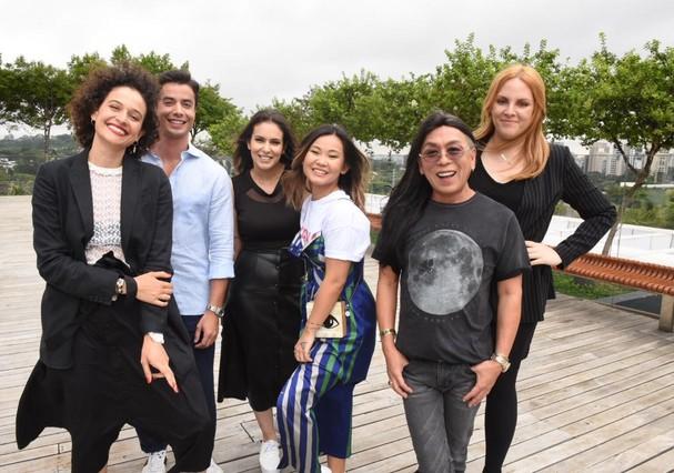 Andréa Biscker,  Celso Kamura, Paul Kardous, Rafaella Crepaldi e Regina Franca posam com Renata Kalil e Camila Sawamura (Foto: Cleiby Trevisan)