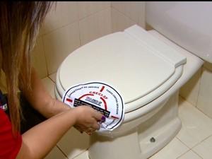Corretores vistoriam jogam cloro e lacram os ralos e vasos sanitários (Foto: Wilson Aiello/ EPTV)