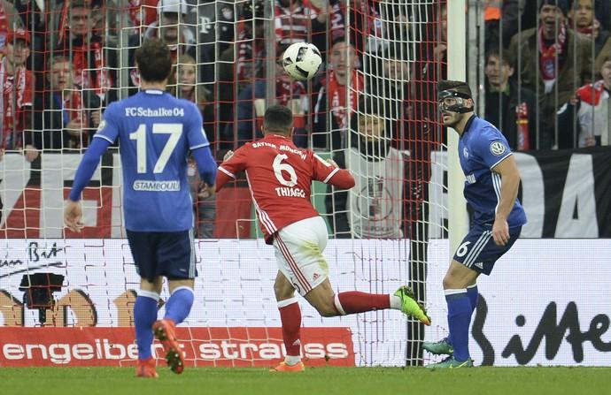 Thiago Alcântara faz gol de cabeça em Bayern de Munique x Schalke (Foto: Andreas Gebert/DPA via AP)