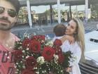 Adriana Sant'anna ganha surpresa de Rodrigão e filho no aeroporto