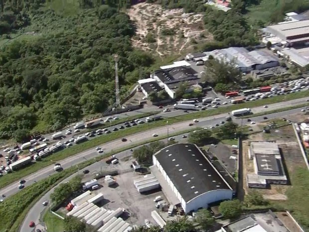 Engarrafamento causado na BR-101 por protesto na Macaxeira (Foto: Reprodução / TV Globo)
