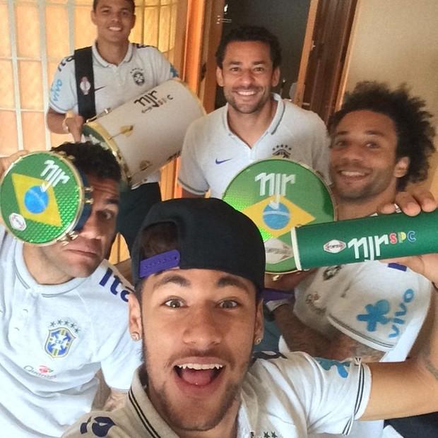 Neymar Daniel Alves Confira Os Boleiros Que Entraram: Vai Ter Pagode! Neymar Ganha Instrumentos De