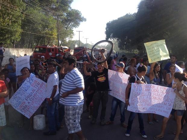 Moradores usaram cartazes para reivindicar na rodovia (Foto: Abinoan Santiago/G1)