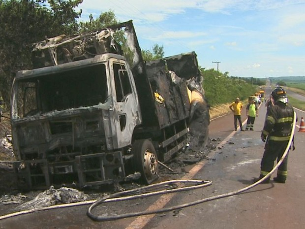 Incêndio em caminhão foi controlado pelos bombeiros de Ribeirão Preto, SP (Foto: Reprodução/EPTV)