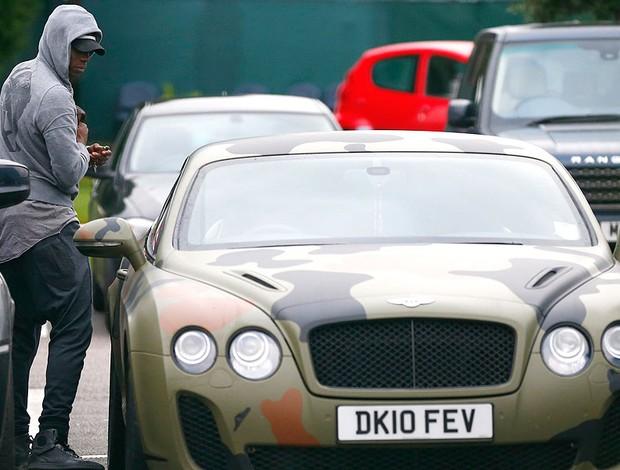 Mario Balotelli na chegada no treino do Manchester City (Foto: Reuters)