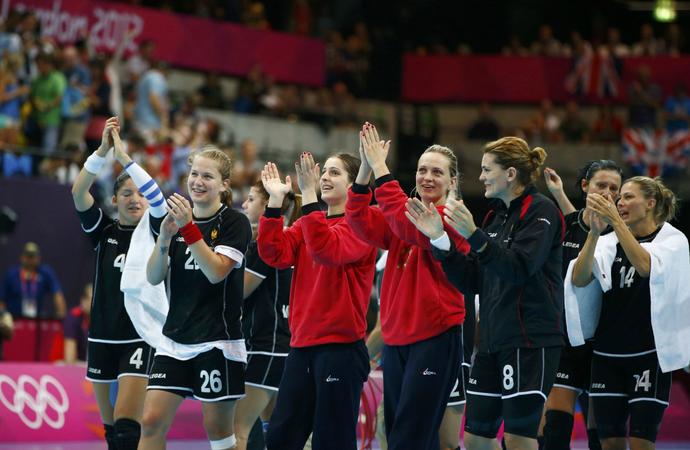A seleção de handebol de Montenegro comemora classificação às quartas de final após empate com a Rússia pelo Grupo A    (Foto: Reuters)