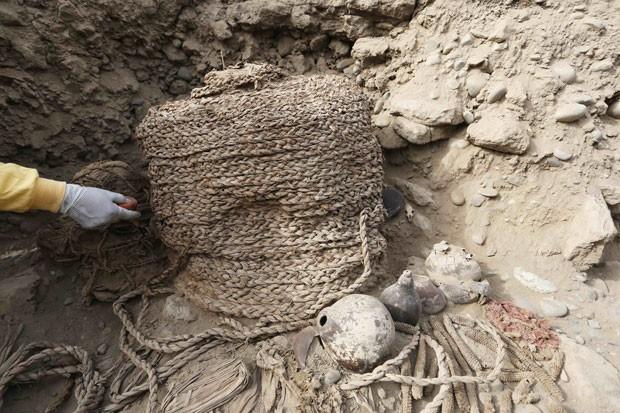 Urna funerária com múmia que foi encontrada em sítio arqueológico de Lima, no Peru (Foto: Mariana Bazo/Reuters)