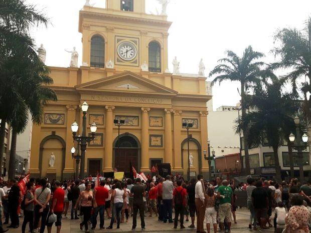 Grupo de manifestantes se reúne em frente à Catedral, em Campinas (Foto: Reprodução / EPTV)