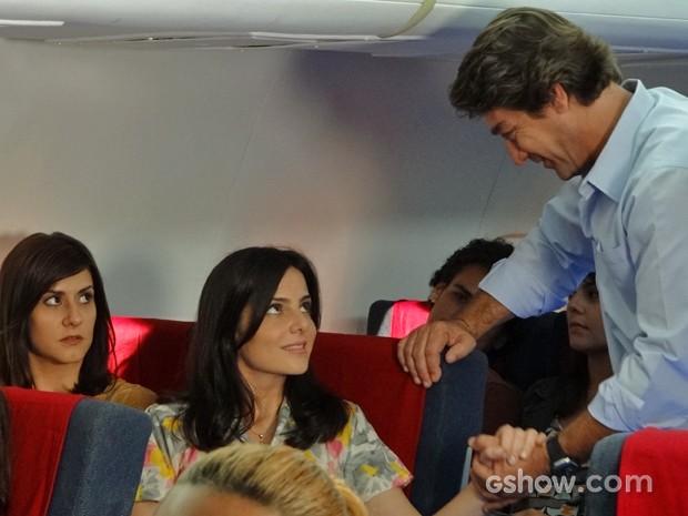 Selma percebe que a irmã já está encantada pelo piloto (Foto: Em Família/ TV Globo)