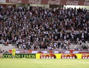 Torcida do Botafogo-SP no estádio Santa Cruz (Foto: Rogério Moroti/Assessoria BFC)