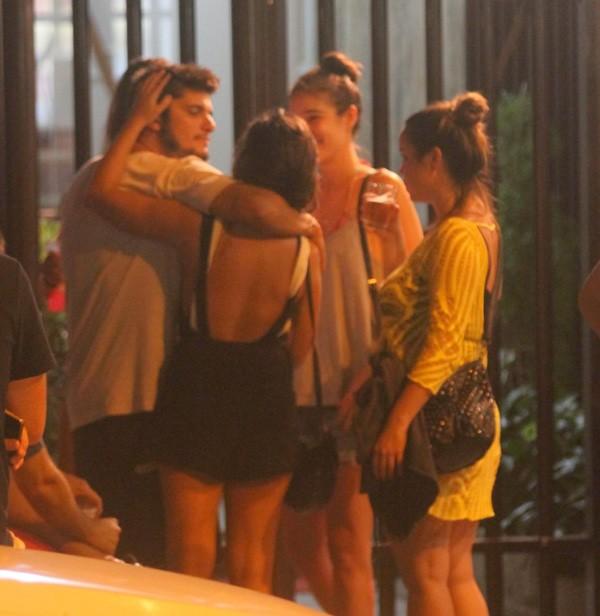 Bruno Gissoni é flagrado com uma menina no Rio (Foto: AgNews)
