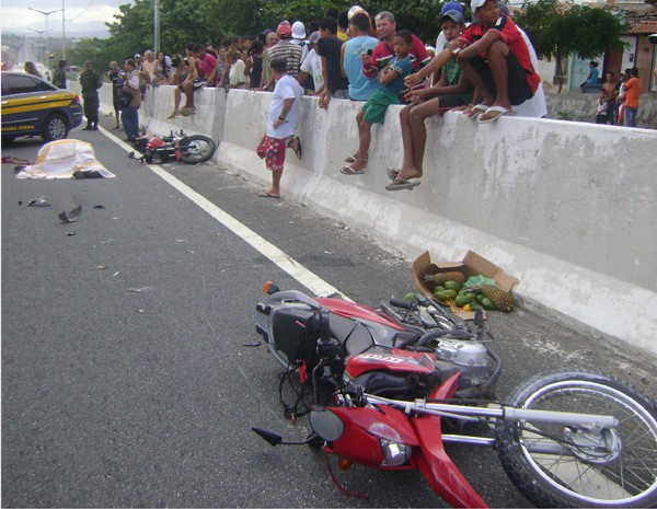 Soldado do Exército morreu na hora após acidente na BR-230. (Foto: Charles Dias/TV Paraíba)