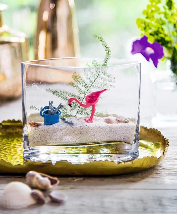 Que belo hábitat! Crie um minicenário com a ajuda de um flamingo de brinquedo, um vaso transparente e areia branca. Bandeja Camicado (Foto: Cacá Bratke / Editora Globo)