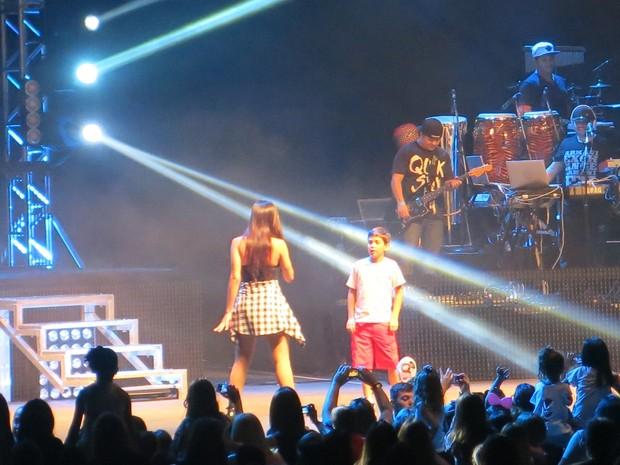 Anitta chama menino da plateia para dançar no palco (Foto: Isabela Marinho/G1)