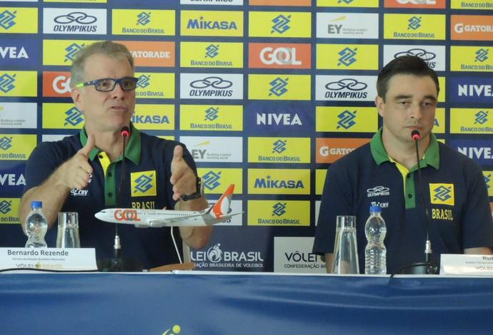 Bernardinho anuncia a lista de convocados (Foto: Danielle Rocha)