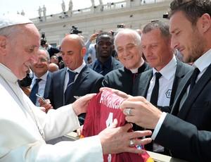 Papa Francisco ganha camisa do ROma do craque Totti (Foto: Agência Reuters)