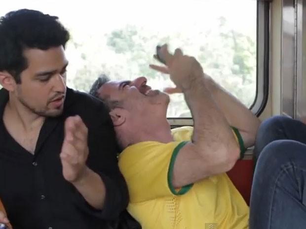 Uma das cenas cômicas do vídeo do metrô (Foto: Reprodução/Amigo Gringo)