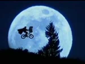Cena mais famosa de 'E.T - O extraterrestre'. (Foto: Reprodução / Globo News)